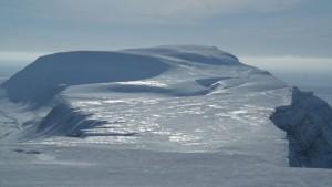 Iversenfjellet i bakgrunnen, Kvasstoppen til høyre og Heniesalen i forkant på bildet. Foto: Bjørn Ove Finseth