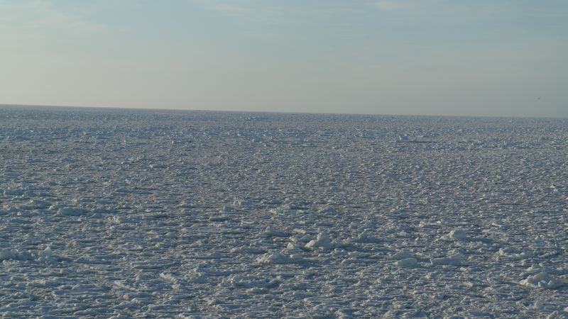 Isen ligger utover på vestsiden av øya.