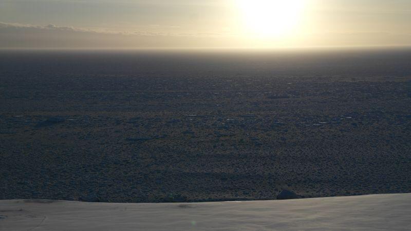Kveldssola snart på vei ned i Storfjorden og Spitsbergen.