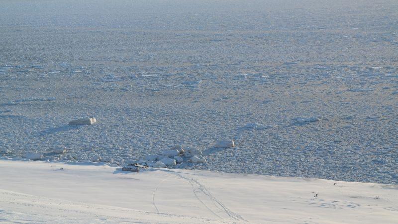 Vesthytta med isen utenfor på første sommerdag.