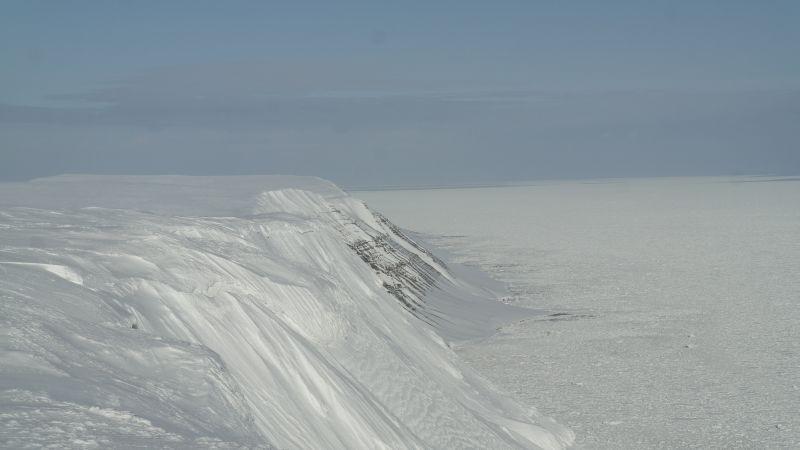 Fjellene og stranda sett nordover fra østkanten av Werenskioldfjellet.