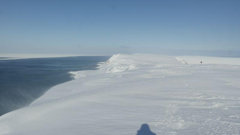 Nordover fra toppen av Werenskiold. Isen har trukket seg utover fra land hele veien nordover.