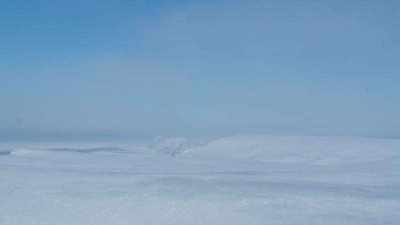Fordypningen i terrenget er Djupsalen som ligger mellom Johan Hiortfjellet og Kollerfjellet