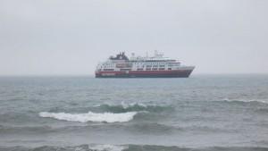 M/S Fram på besøk. Litt for grov sjø gjorde ilandstigning umulig.