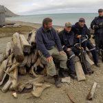 Besetningen er klar for å begynne arbeidet med å omdanne stokkene til flott ved.  Foto: Per Morten Aarak