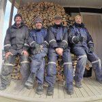Tømmerhoggerne på trappa til stasjonsbygget, med en fin stabel av Hopenved.  Foto: Per Morten Aarak