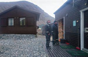 Rune og Tom beundrer nytrappa og grusen. Foto: Per Morten Aarak