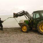 Fagarbeider Per Morten opererte traktoren under lossing med en stødig hånd.