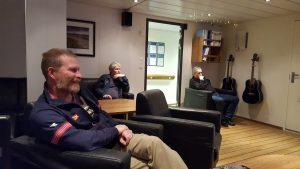En rolig stund foran TV'n om bord i KV Sortland mens stormen herjet ute.