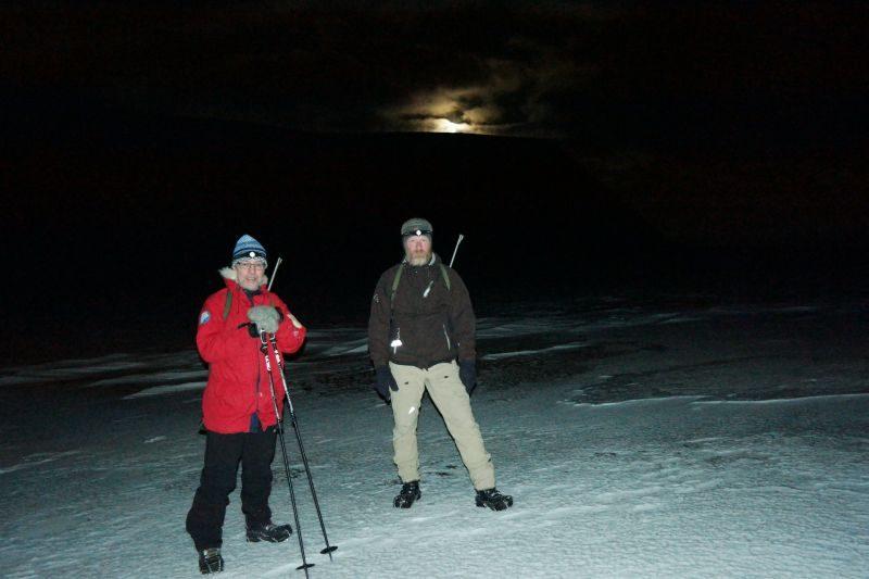 Erik og Tron med fullmånen stikkende opp over Trollkaillen i bakgrunnen.