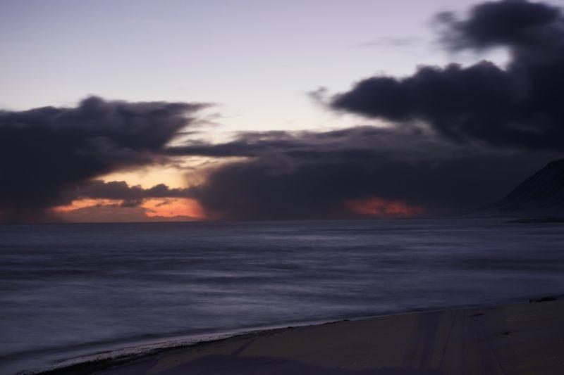 Her er det tegn på at sola har begynt på sin vandring nordover mot oss. Det er enda en måned igjen til at den dukker opp her, men vi har bevis for at den eksisterer i hvert fall. Bildet er tatt mot sør med Koefoedodden til høyre på bildet.